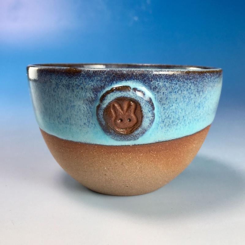 【Y066】ミルキーブルーの湯呑み茶碗(淡水乳濁秞・赤土・うさぎ印)