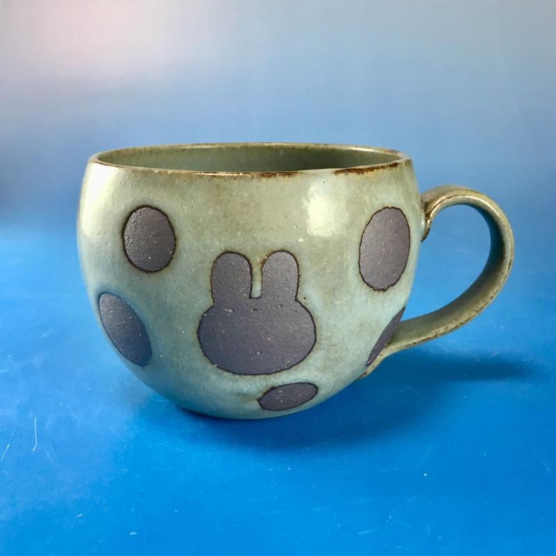 【M069】丸いフォルムのうさぎ水玉模様のマグカップ大(抹茶系・うさぎ印)