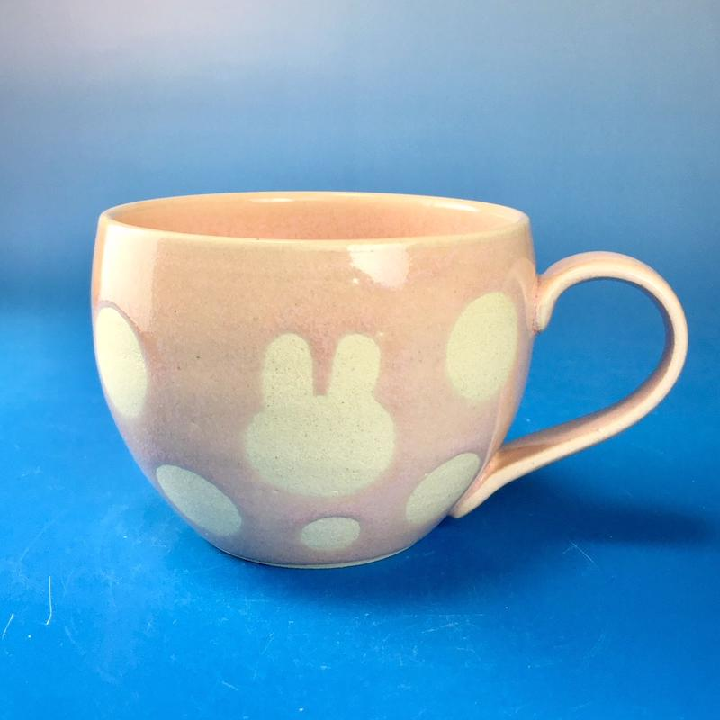 【M082】丸いフォルムのうさぎ水玉模様のマグカップ大(桜花ピンク・うさぎ印)