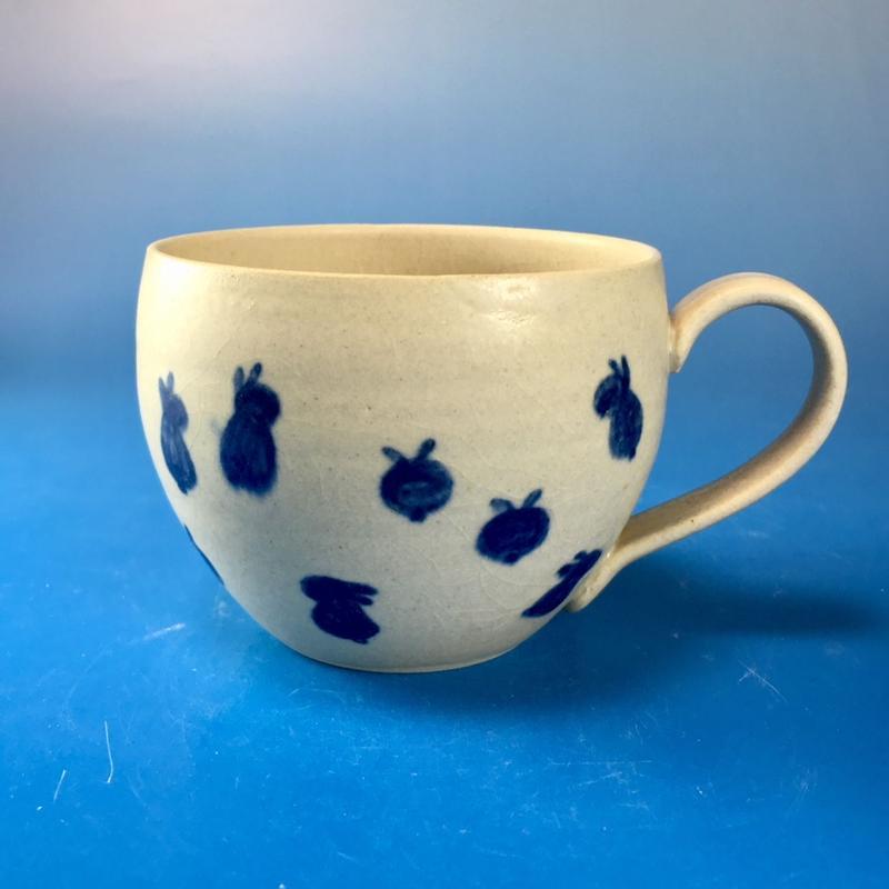 【M088】丸いフォルムの豆うさぎ柄の大マグカップ(呉須手描き・うさぎ印)