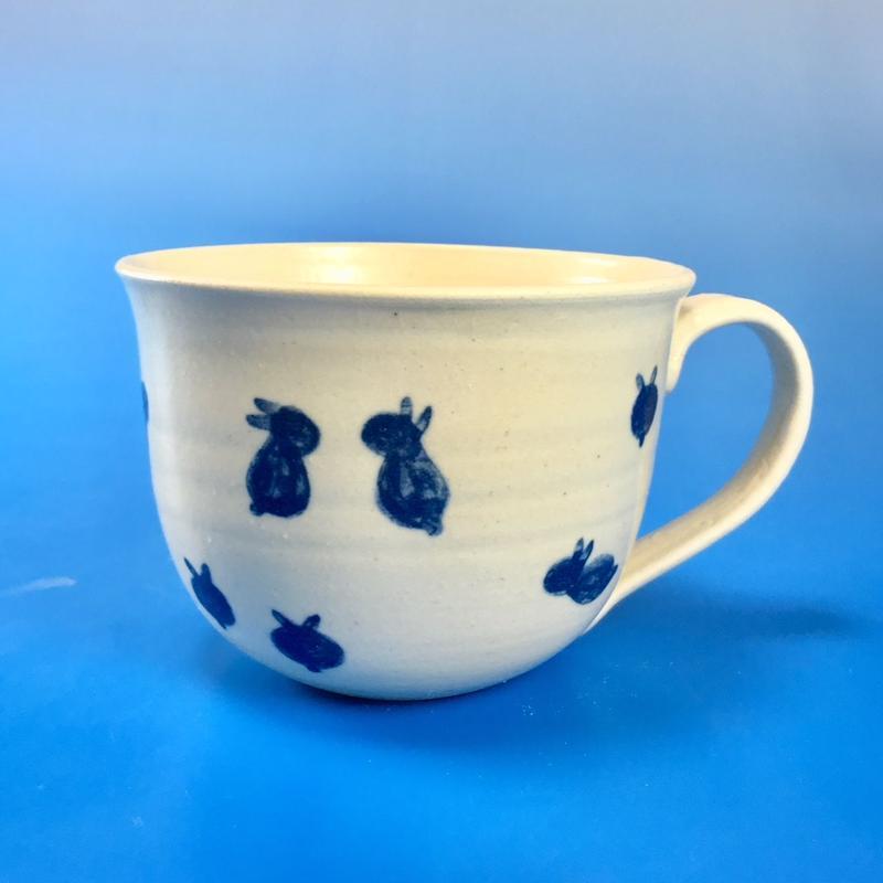 【M052】広口の豆うさぎ柄の大マグカップ(呉須手描き・うさぎ印)