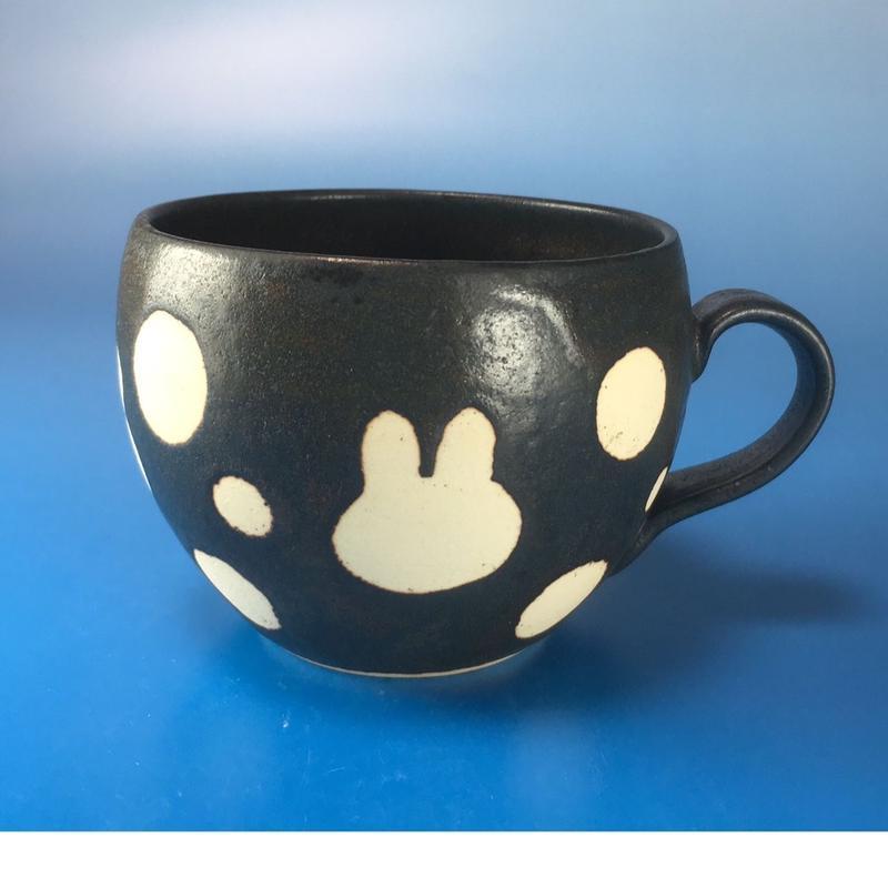 【M024】丸いフォルムのうさぎ水玉模様のマグカップ小(黒マット・うさぎ印)