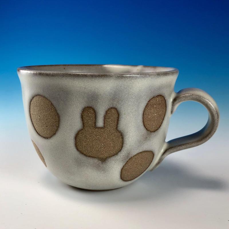 【M228】広口のうさぎ水玉模様のマグカップ小(白マット赤土・うさぎ印)