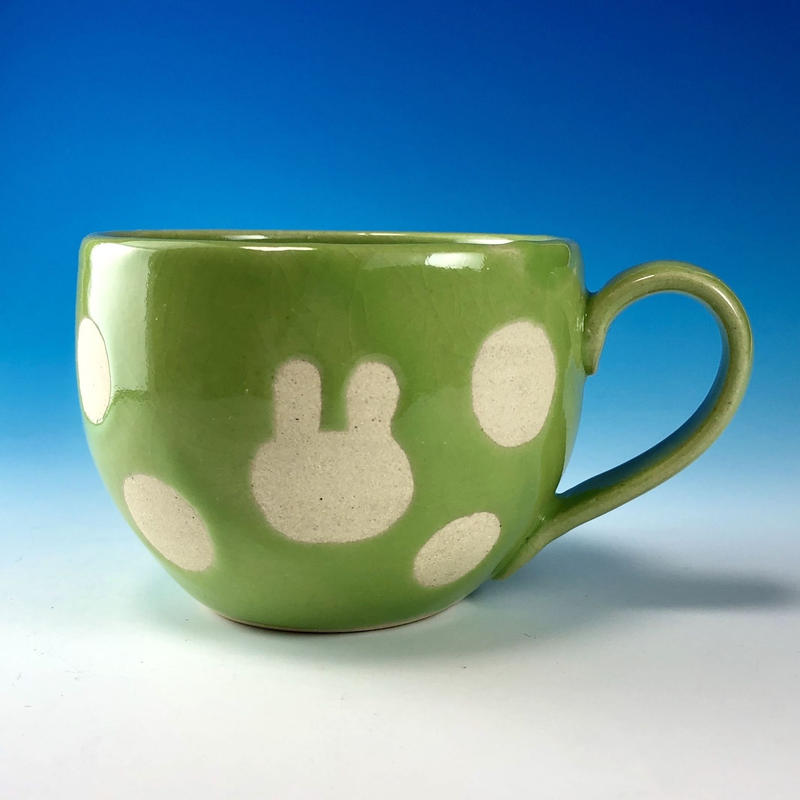 【M210】丸いフォルムのうさぎ水玉模様のマグカップ大(アップルグリーン・白土・うさぎ印)