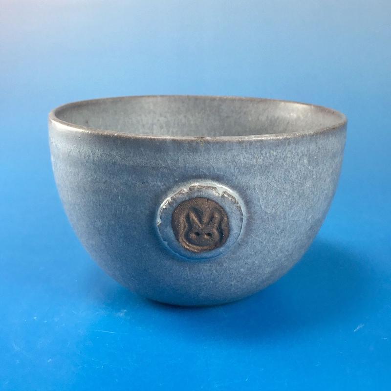 【Y012】パープルグレーの湯呑み茶碗(マット小豆色・うさぎ印)
