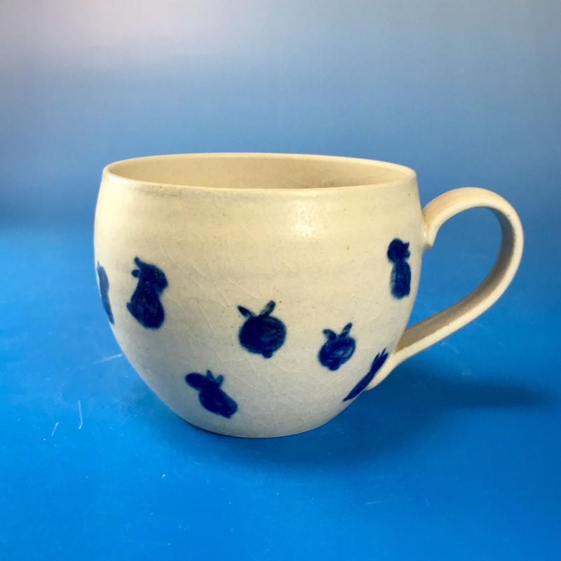 【M087】丸いフォルムの豆うさぎ柄の大マグカップ(呉須手描き・うさぎ印)