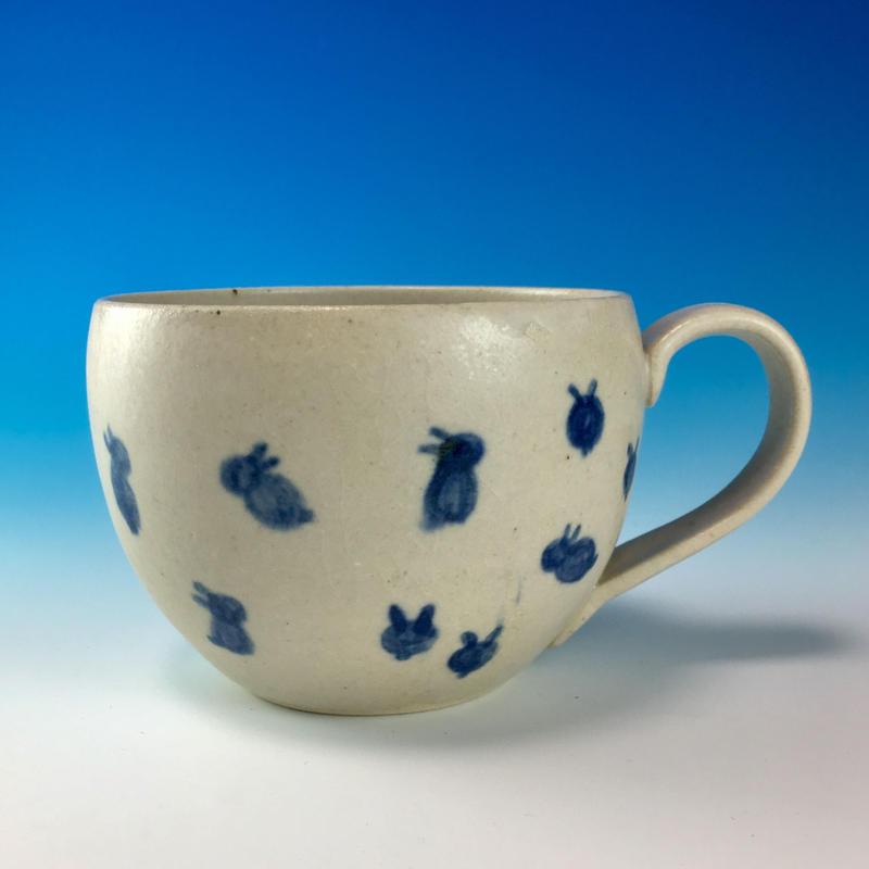 【M173】丸いフォルムの豆うさぎ柄のマグカップ大(呉須手描き・うさぎ印)