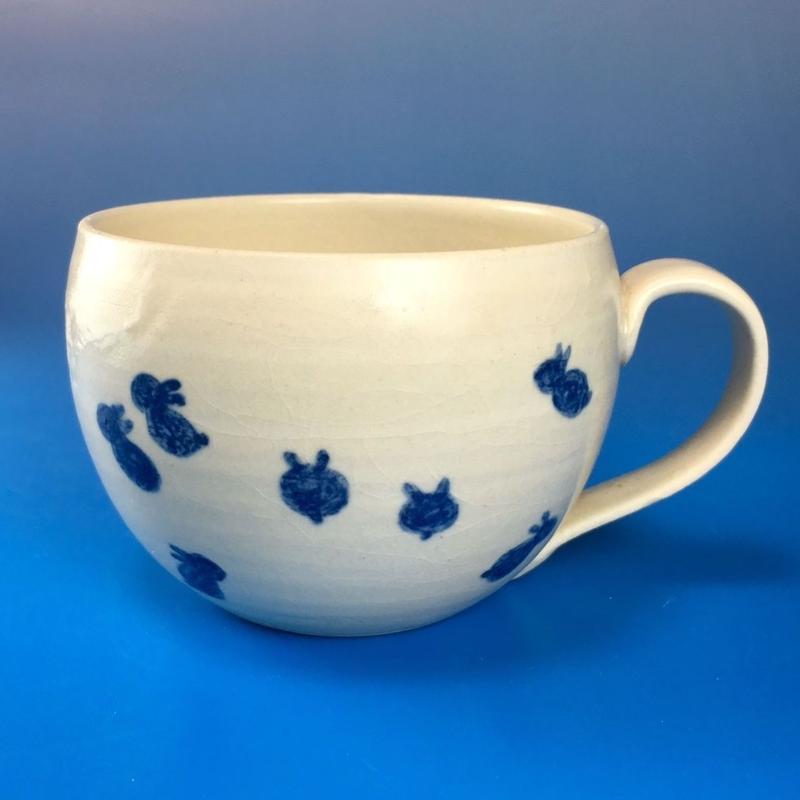 【M033】丸いフォルムの豆うさぎ柄の大マグカップ(呉須手描き・うさぎ印)