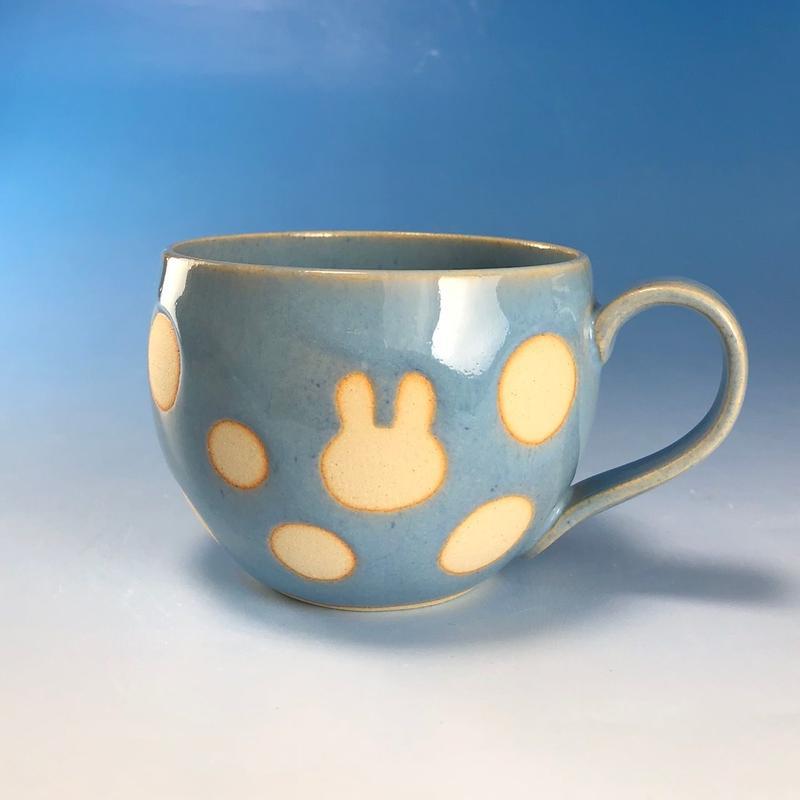 【M150】丸いフォルムのうさぎ水玉模様のマグカップ大(スカイブルー・ロップ・うさぎ印)