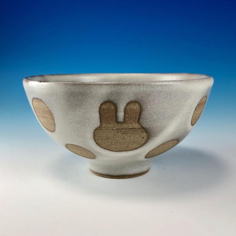 【G094】うさぎ水玉模様のご飯茶碗(白マット・赤土・うさぎ印)