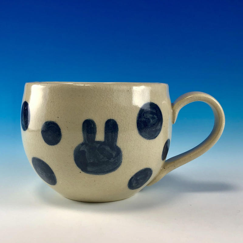 【M212】丸いフォルムのうさぎ水玉模様のマグカップ大(呉須手描き・うさぎ印)