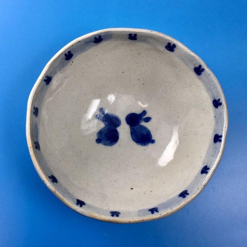 【K002】うさぎ柄の手びねり足付き小鉢(呉須手描き)