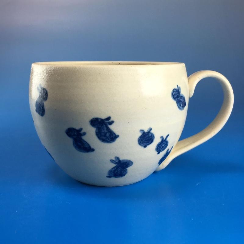 【M032】丸いフォルムの豆うさぎ柄の大マグカップ(呉須手描き・うさぎ印)