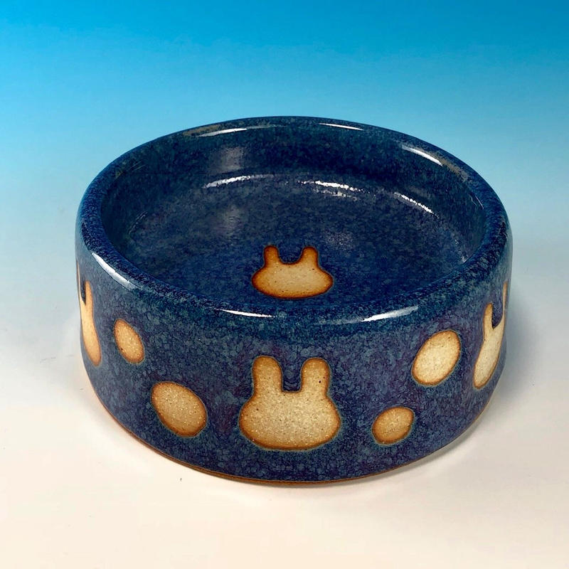 【R129】うさぎ水玉模様のうさぎ様用食器・Mサイズ(淡青白土・うさぎ印)