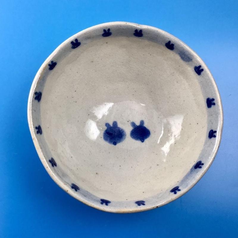 【K003】うさぎ柄の手びねり足付き小鉢(呉須手描き)
