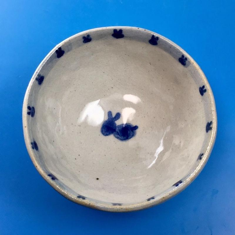 【K001】うさぎ柄の手びねり足付き小鉢(呉須手描き)