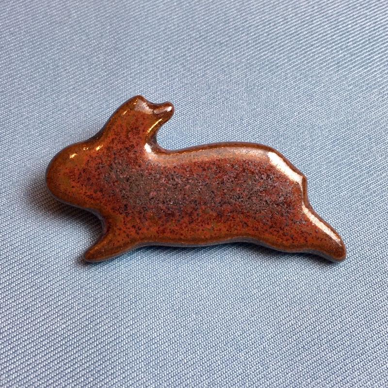 【B013】うさぎのブローチ(赤焦茶色)