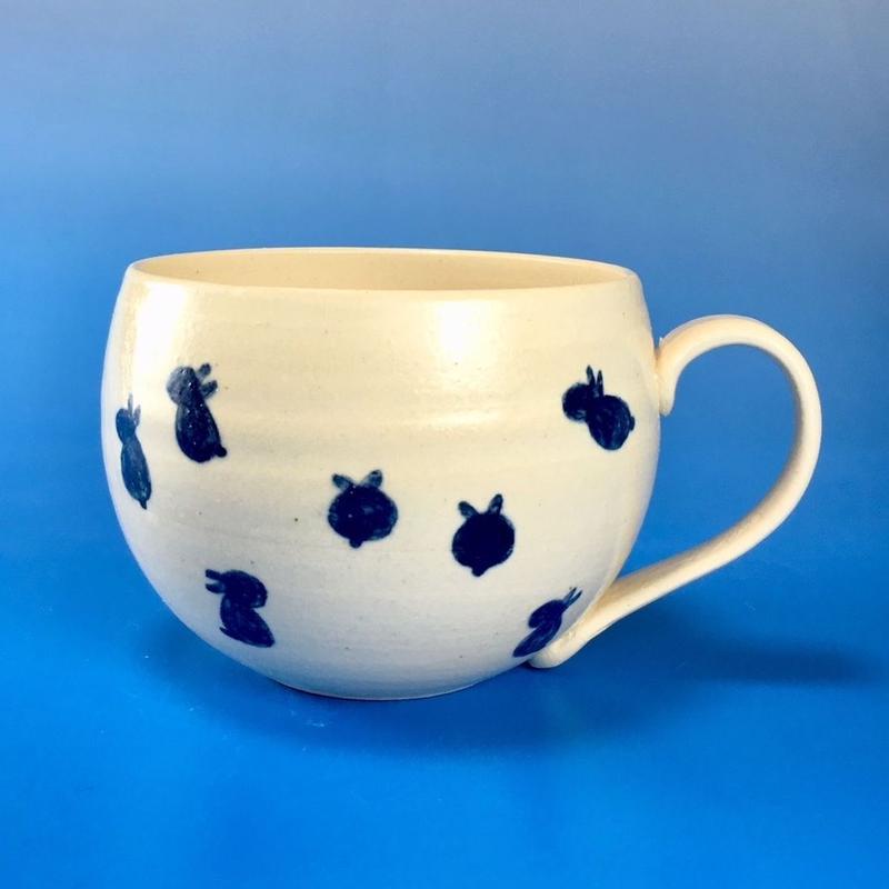 【M050】丸いフォルムの豆うさぎ柄の大マグカップ(呉須手描き・うさぎ印)