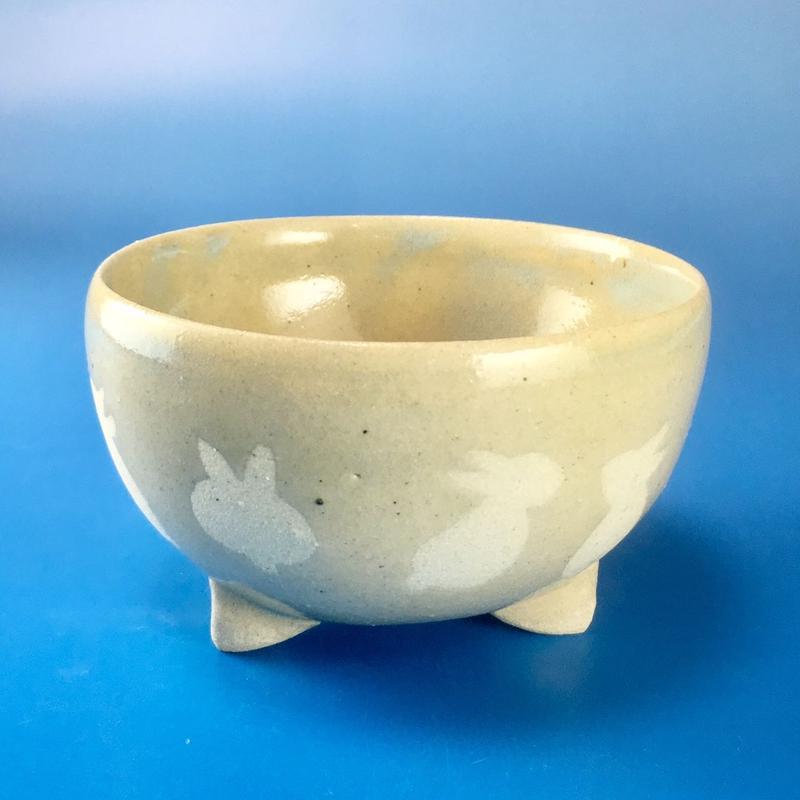 【K011】うさぎ柄の手びねり足付き小鉢(透明感のある淡いブルー)