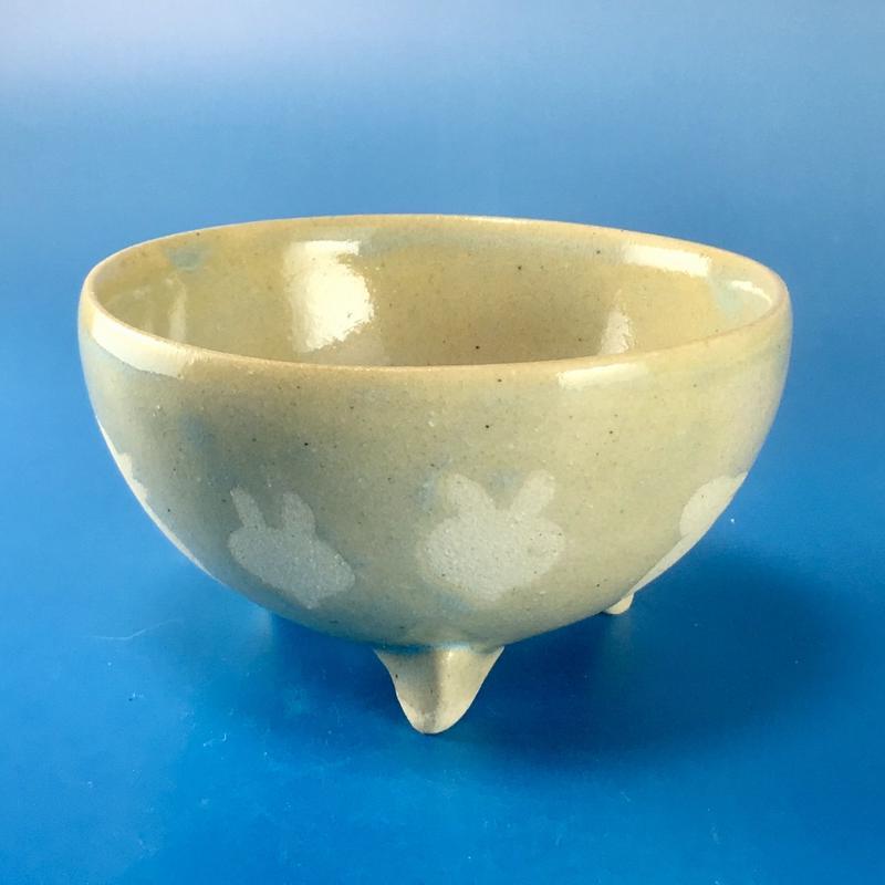 【K006】うさぎ柄の手びねり足付き小鉢(透明感のある淡いブルー)