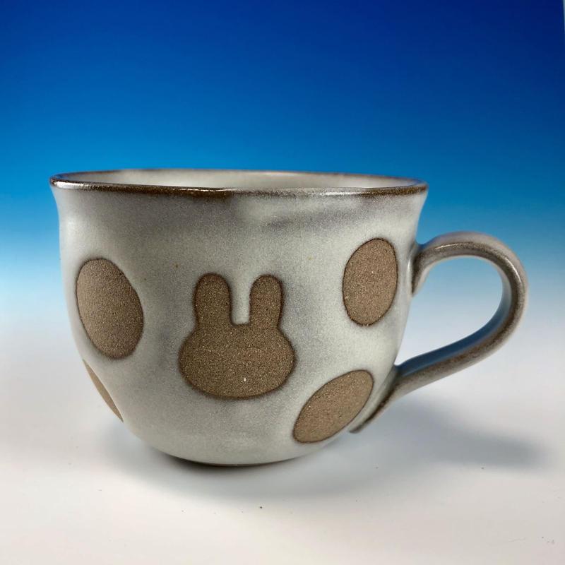 【M229】広口のうさぎ水玉模様のマグカップ小(白マット赤土・ロップ・うさぎ印)