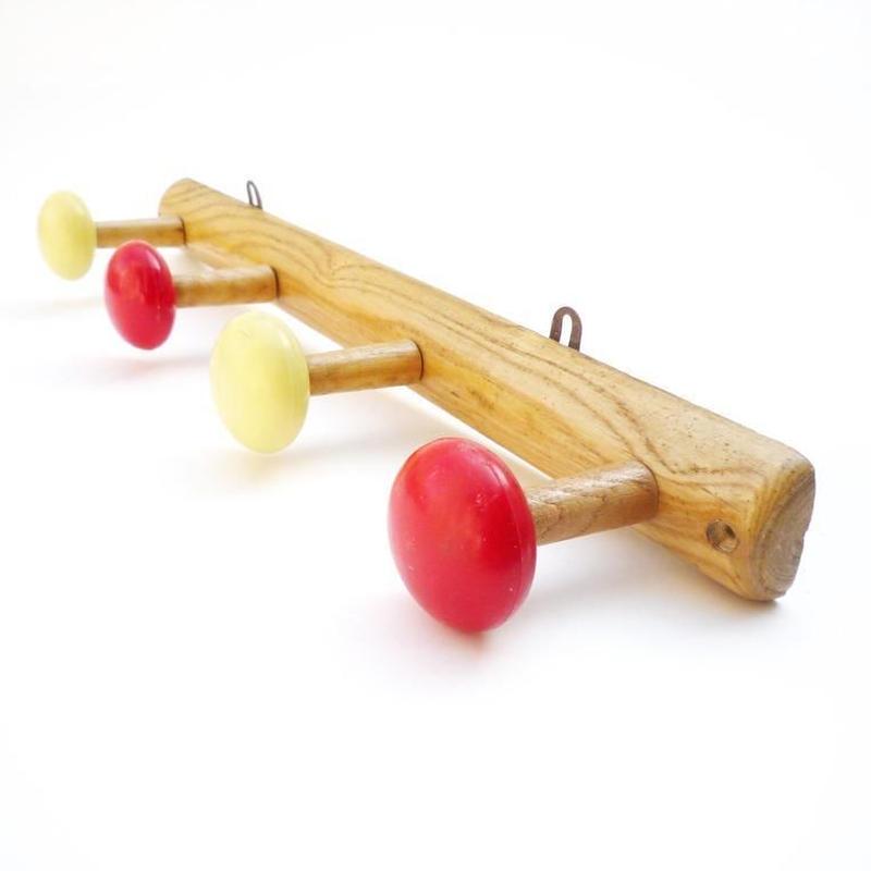 France  赤と黄色のコートラック