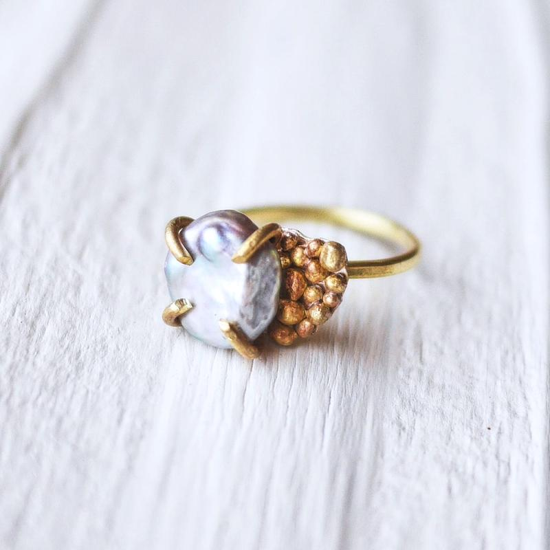 Gray pearl×dot ring