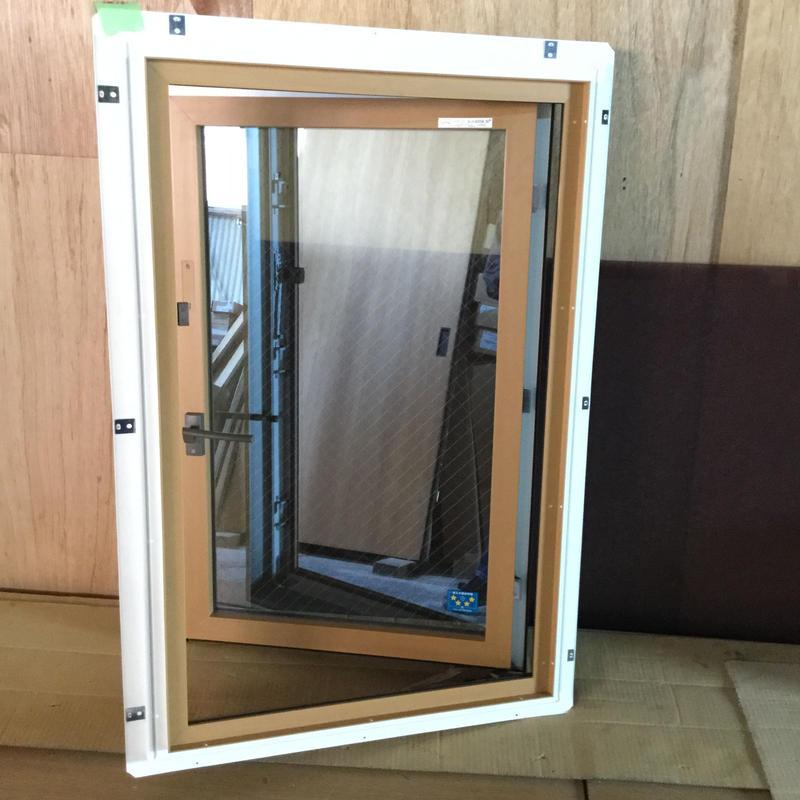 APW330(防火窓) 縦辷り出し窓 W640×H970(定価90,800円)