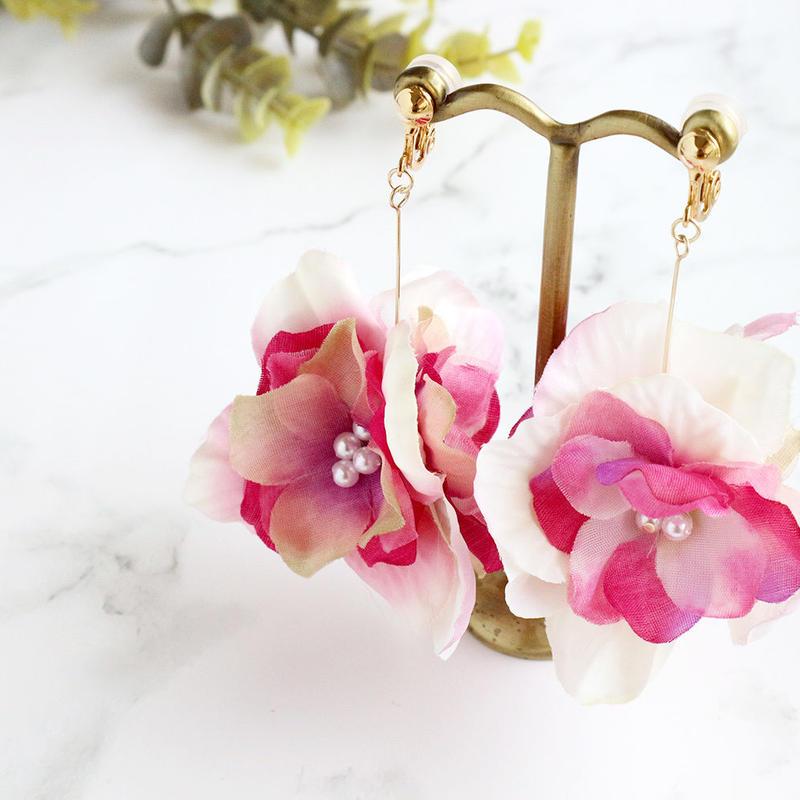 金属アレルギー対応*ピンクのグラデーションのお花とコットンパールのイヤリングy264