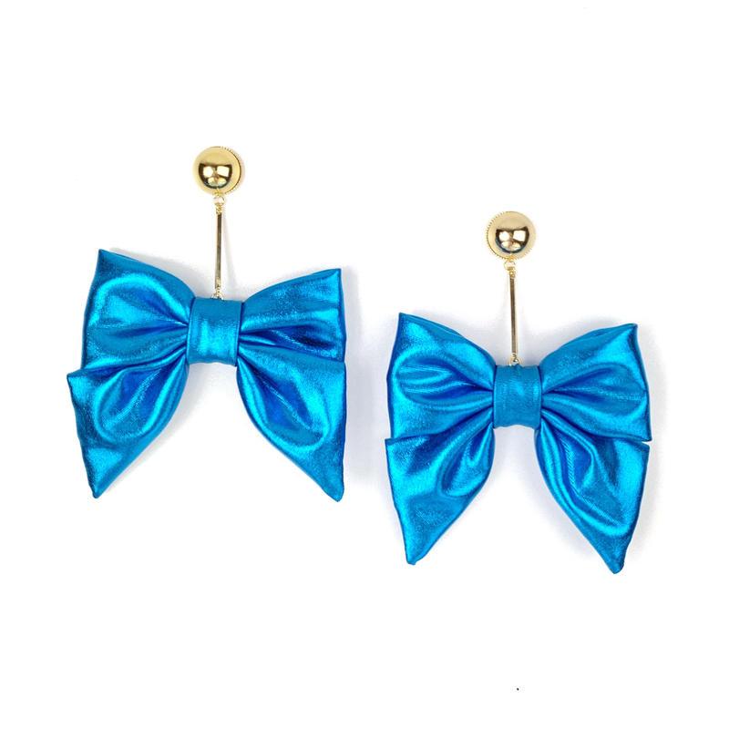 Swinging metallic ribbon earrings/metallic blue