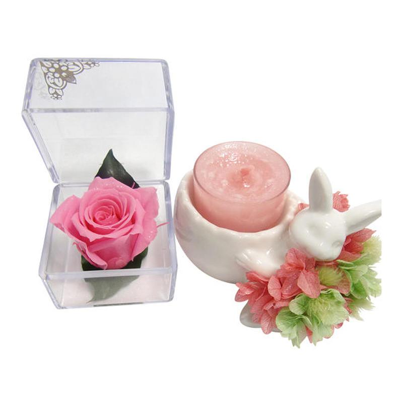 【プリザーブドフラワー/ピンクの薔薇のキューブとアロマキャンドルのギフトセット】紫陽花の洋服を着たウサギさんからの贈り物【ラッピング付き】