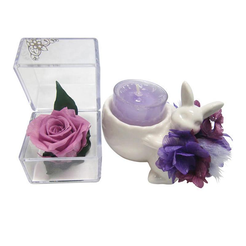 【プリザーブドフラワー/ライラック色の薔薇キューブとアロマキャンドルのギフトセット】紫陽花の洋服を着たウサギさんからの贈り物【ラッピング付き】