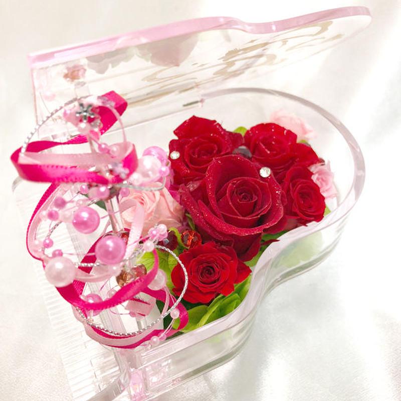 【プリザーブドフラワー/グランドピアノシリーズ】赤い薔薇の情熱を讃えて、透明のピアノが奏でる美しい旋律