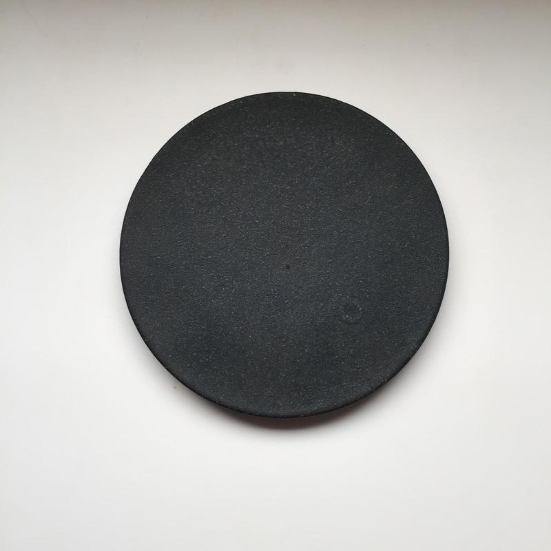 黒いフラットなプレート M