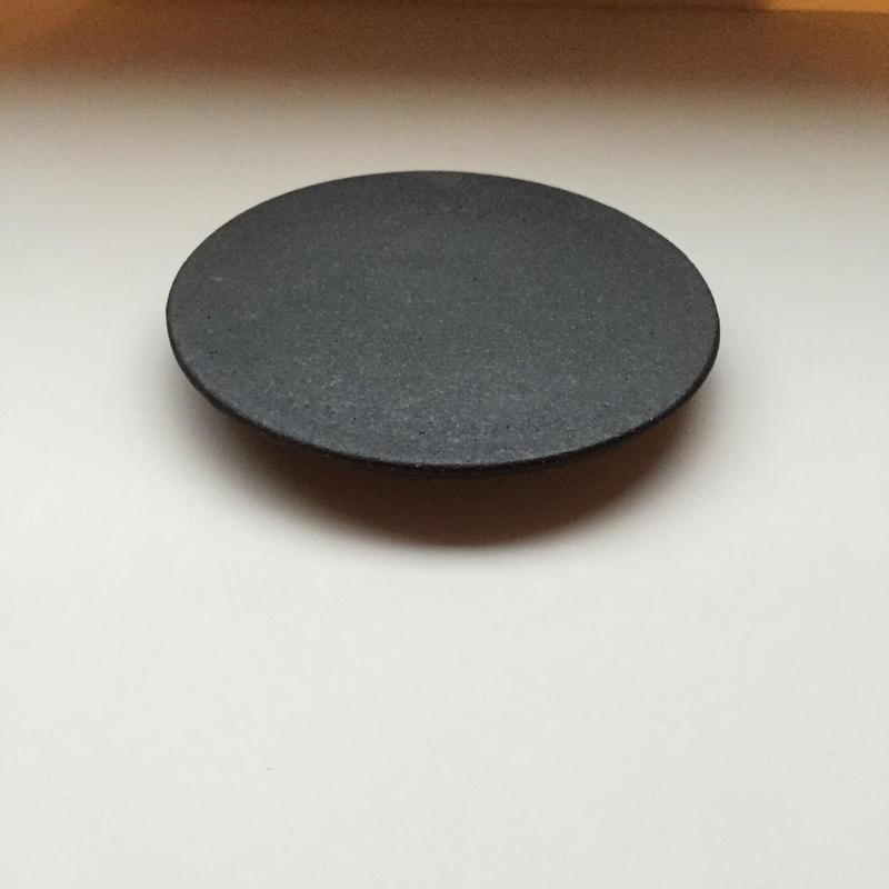 黒いフラットなプレート S