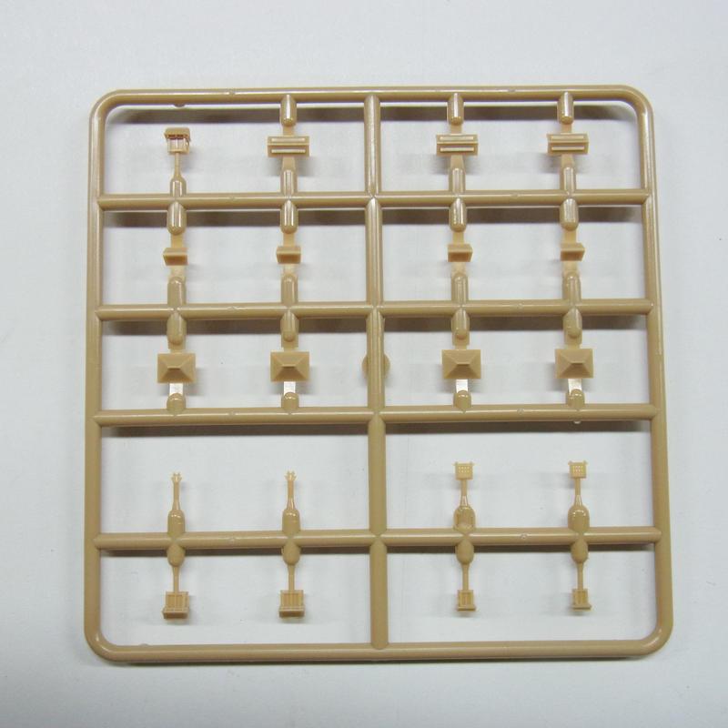 ランナーB[部品番号:C-S02] 内容:棟門×2個 藥医門×3個 揚簀戸1×2個 揚簀戸2×2個 倉庫1×4個 陣小屋1×4個 居住家屋×3個