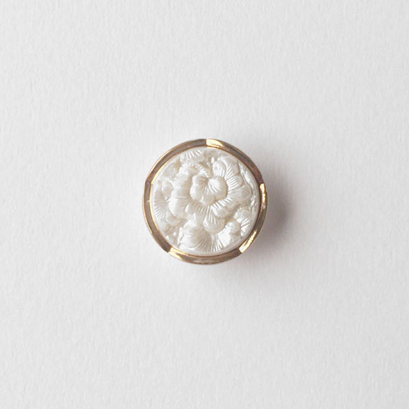 VINTAGE WHITE & GOLD DECO GLASS BUTTON