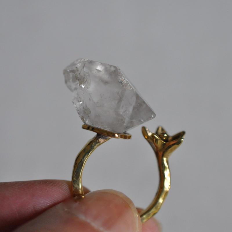 百合の花と石 /   水晶