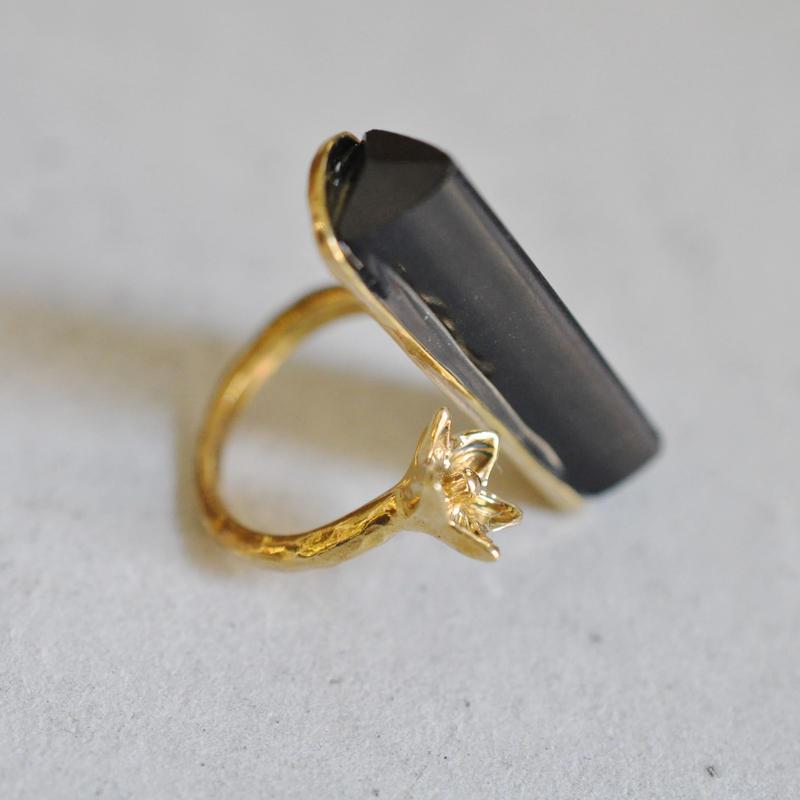 百合の花と石 / 黒水晶