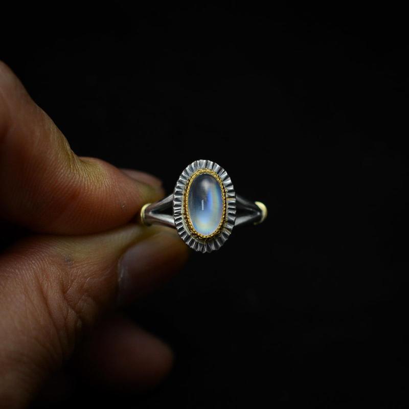 縦長オーバル レインボー・ムーンストーン(ラブラドライト)の指環