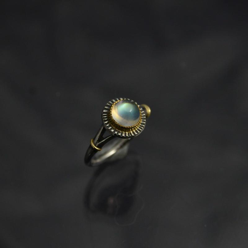 レインボー・ムーンストーン(ラブラドライト)の指環  ・ラウンドカボッション 1.84ct