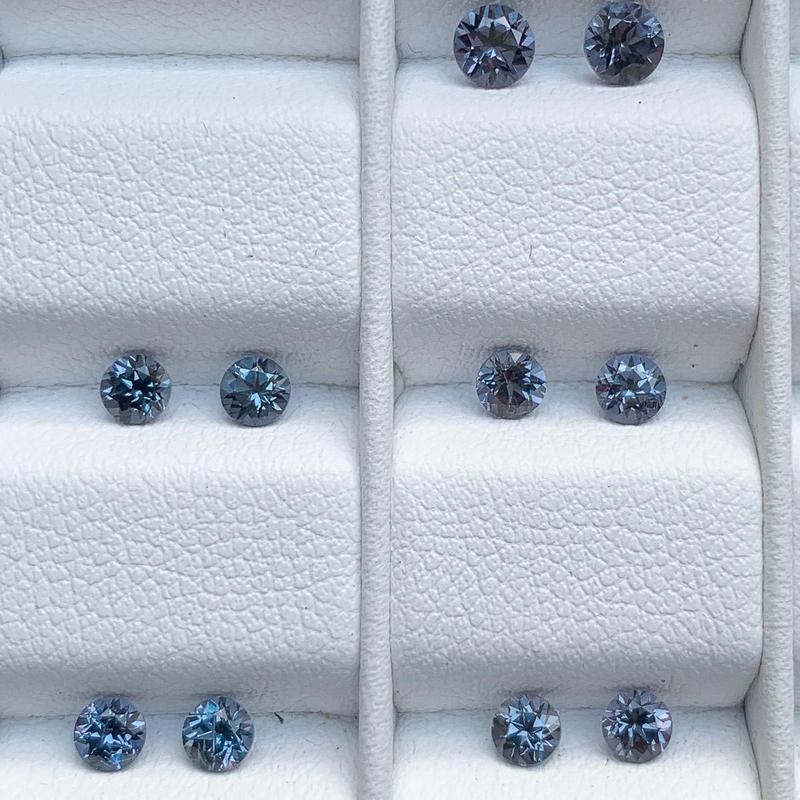 カラーチェンジ・ガーネット(ベキリーブルー)直径約3.2mm, 3.2~3.4ct Pt900一粒ピアス