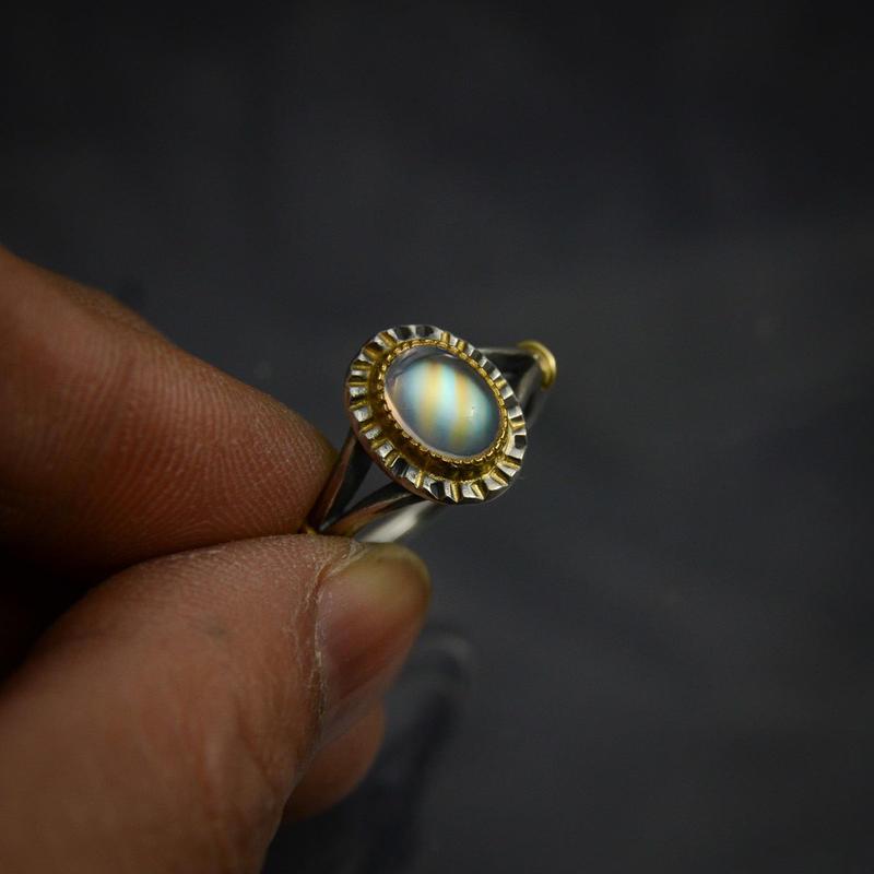 レインボー・ムーンストーン(ラブラドライト)の指環   オーバルカボション1.34ct