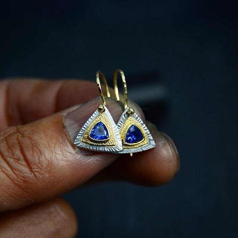 三角カイヤナイトのドロップピアス