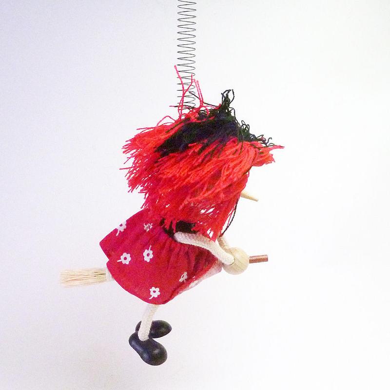 チェコのおすわり人形 魔女とほうきバネ付人形