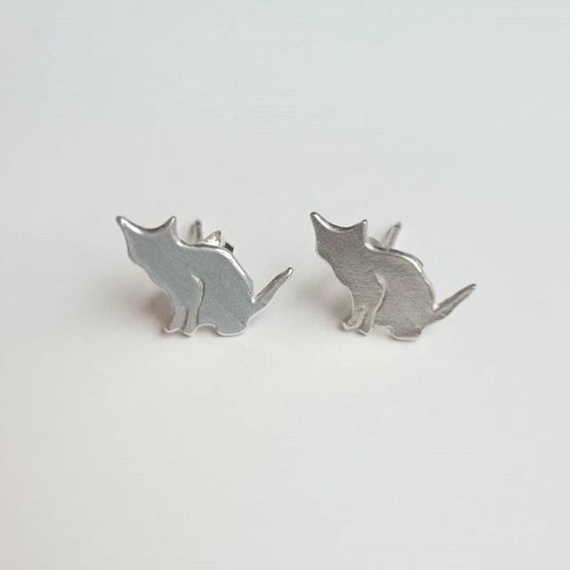 ネコシルエット ピアス 「座り」cat stud earrings