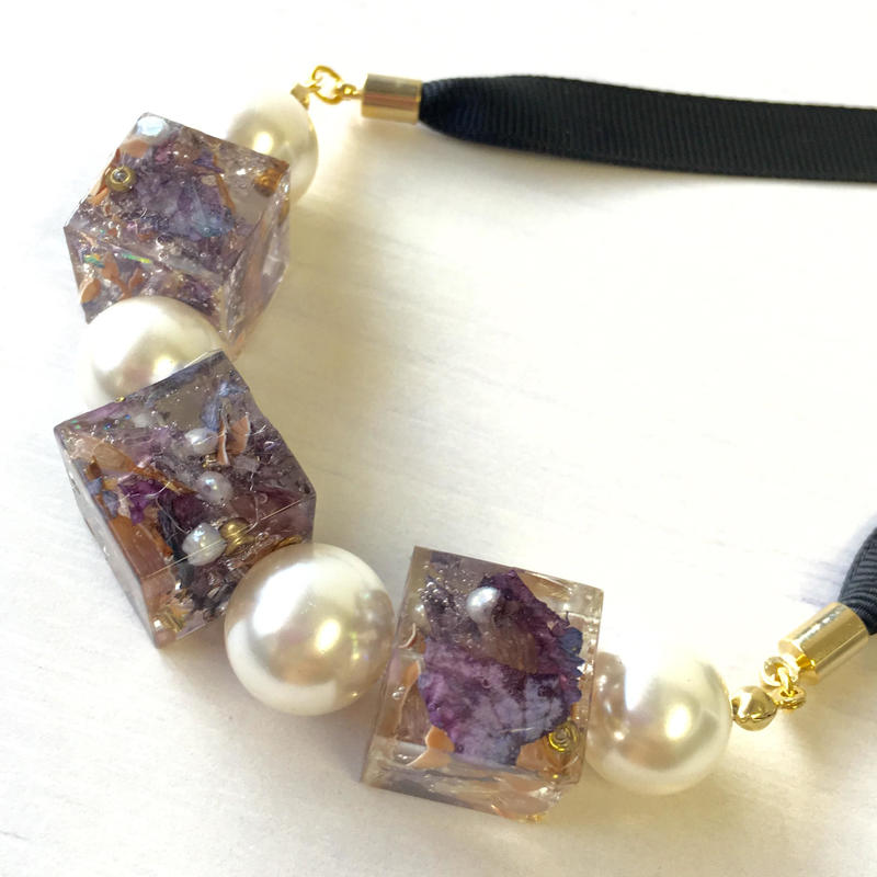 ドライフラワーと真珠のリボンネックレス