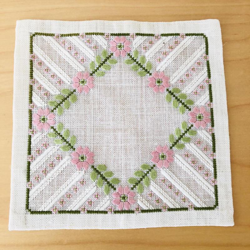 刺繍のドイリー/リネン地/ピンクの小花