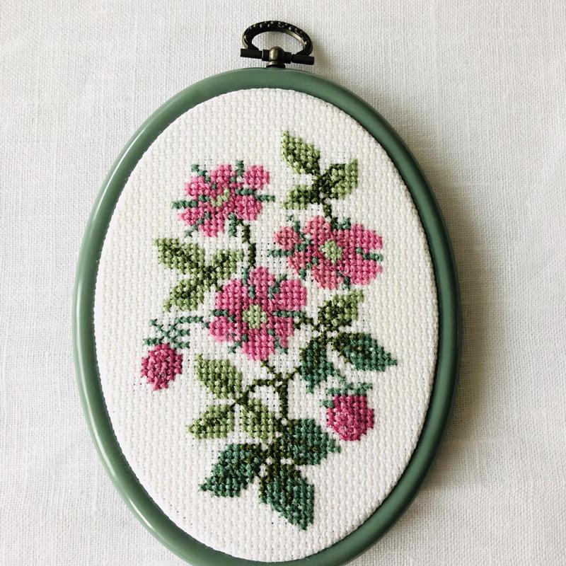 スウェーデン刺繍の壁飾り/木苺のお花柄/Norrbotten/ノールボッテン地方
