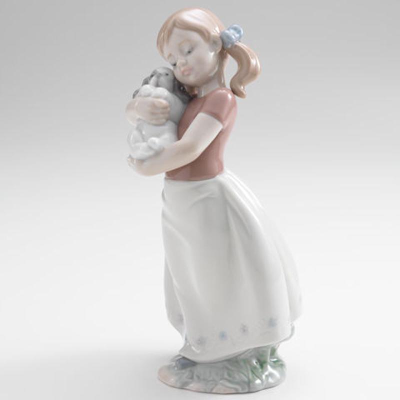 子犬を抱いている少女(H20×W11×D10cm)